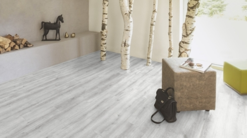 JE366474 Laminate Pine grey 8mm, 2 strip, AC4/32. Από €12,40/m2 μόνο €9,60/m2.
